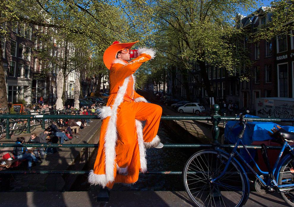 Торжества по случаю отречения Её Величества и передачи власти нового королю Нидерландов начались еще утром во вторник, Амстердам
