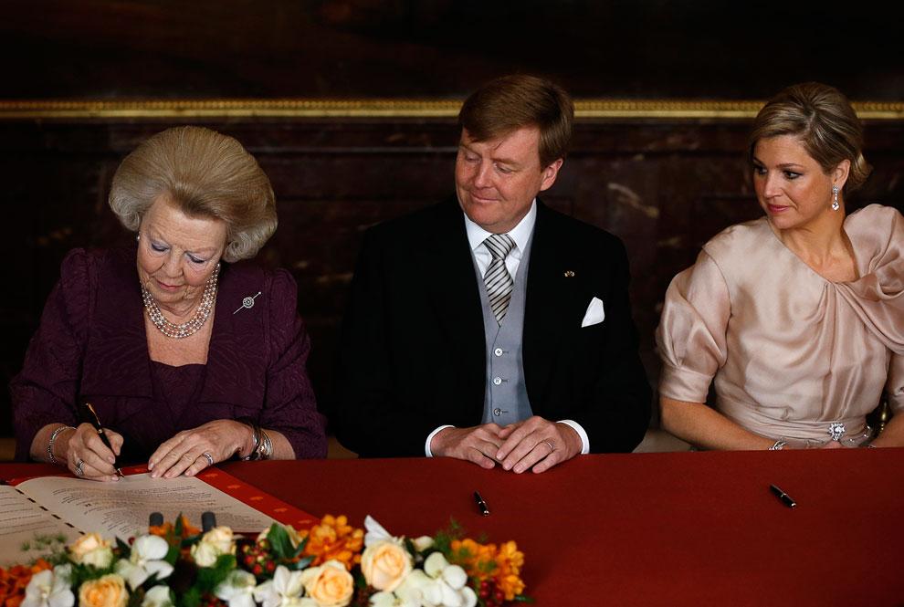 Исторический момент — церемония подписания акта об отречении королевы Беатрикс в пользу сына