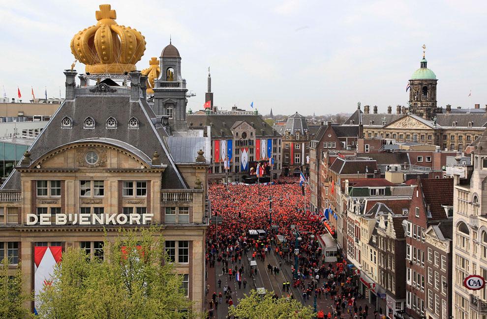 Утром в день отречения дворцовая площадь стала оранжевой, Амстердам