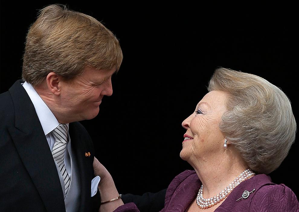 Новый король Нидерландов Виллем-Александр и его мать, бывшая королева Беатрикс на балконе королевского дворца в Амстердаме