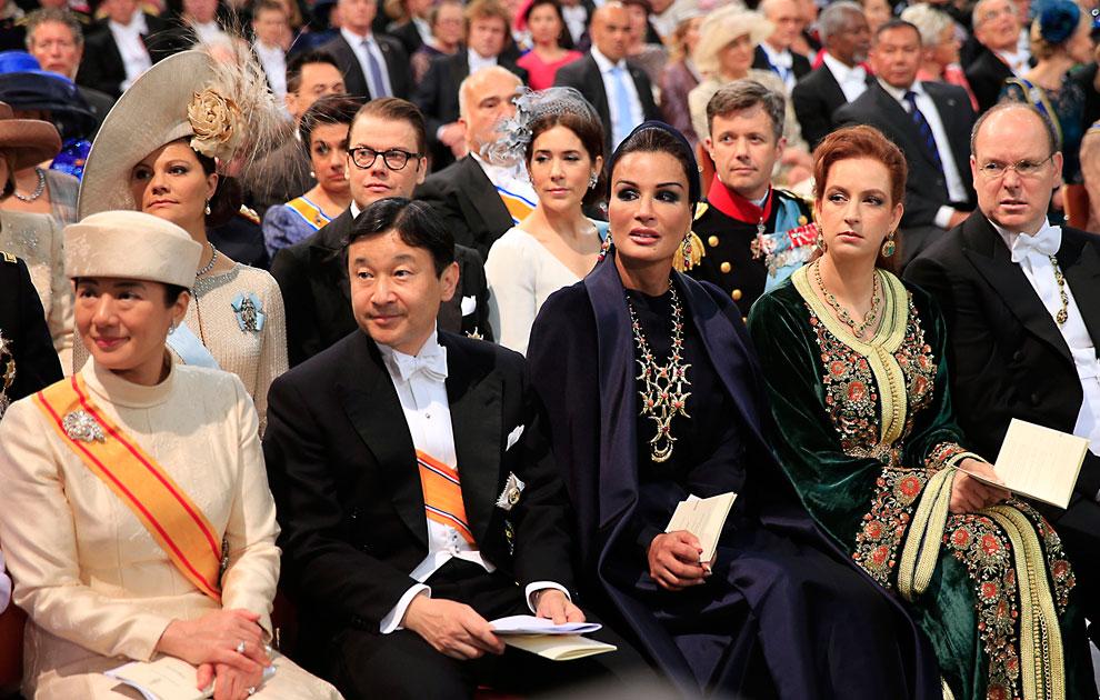Слева направо: японский наследный принц Нарухито с женой принцессой Масако, шейха Моза бинт Насер аль-Миснед из Катара, принцесса Лалла Сальма, жена короля Марокко Мухаммеда VI и принц Монако Альберт