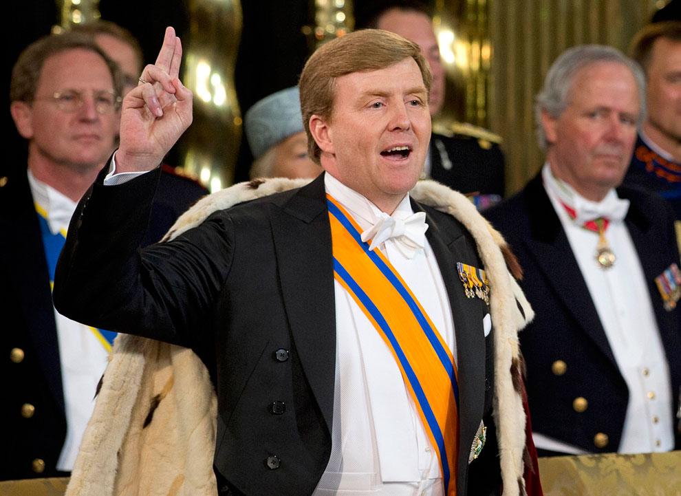 В тот момент, когда принц присягает на Библии, он становится королем Виллемом-Александром. Новым королем Нидерландов
