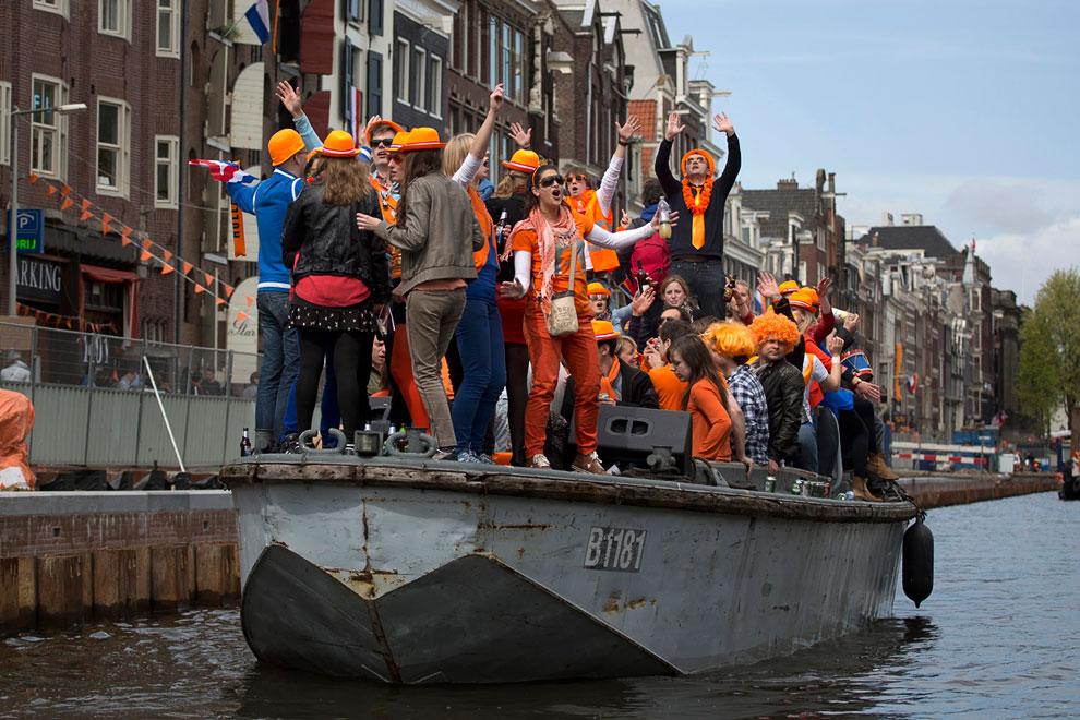 А на улицах и каналах Нидерландов продолжается празднование