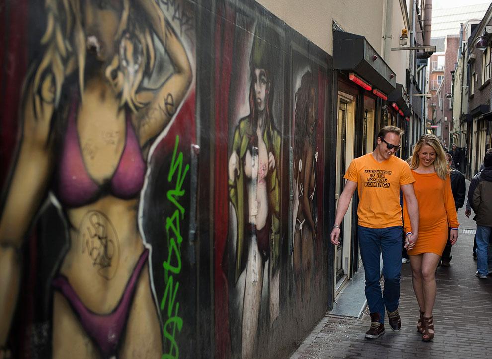 Парочка на улице Красный Фонарей в Амстердаме
