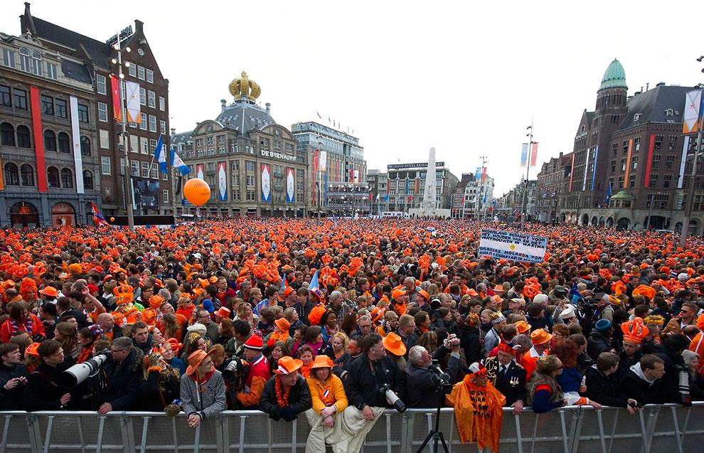 Церемонию отречения транслировали на больших мониторах, установленных на дворцовой площади Амстердама