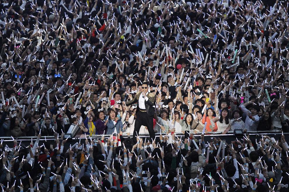 Южнокорейская «звезда» — рэпер Psy во время концерта в Сеуле