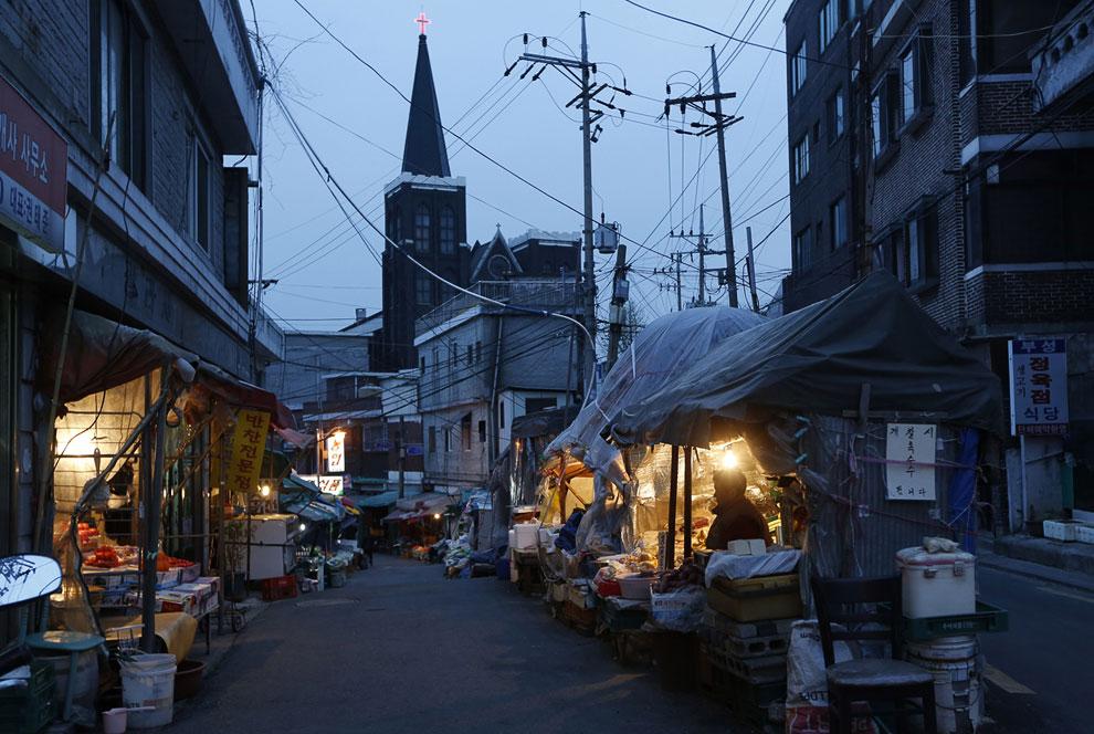 Продавцы в палатках на улочках в Сеуле