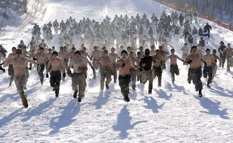 Совместные учения бравых южнокорейских морских пехотинцев и американцев в уезде Пхенчхан, к востоку от Сеула