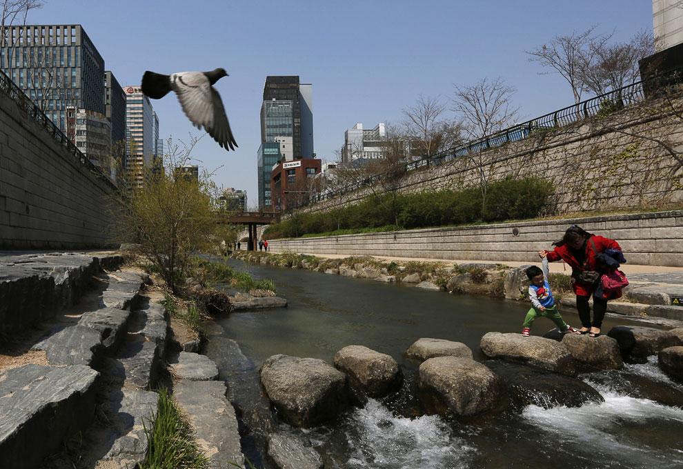 Каменная переправа через речку в Сеуле