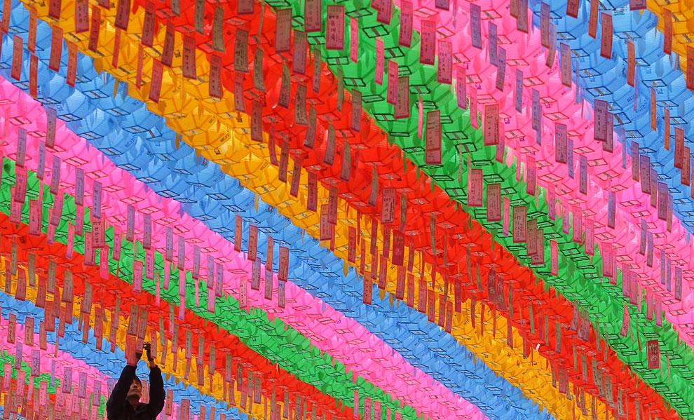 Красочные фонарики в честь предстоящего Дня рождения Будды в храме Чогье