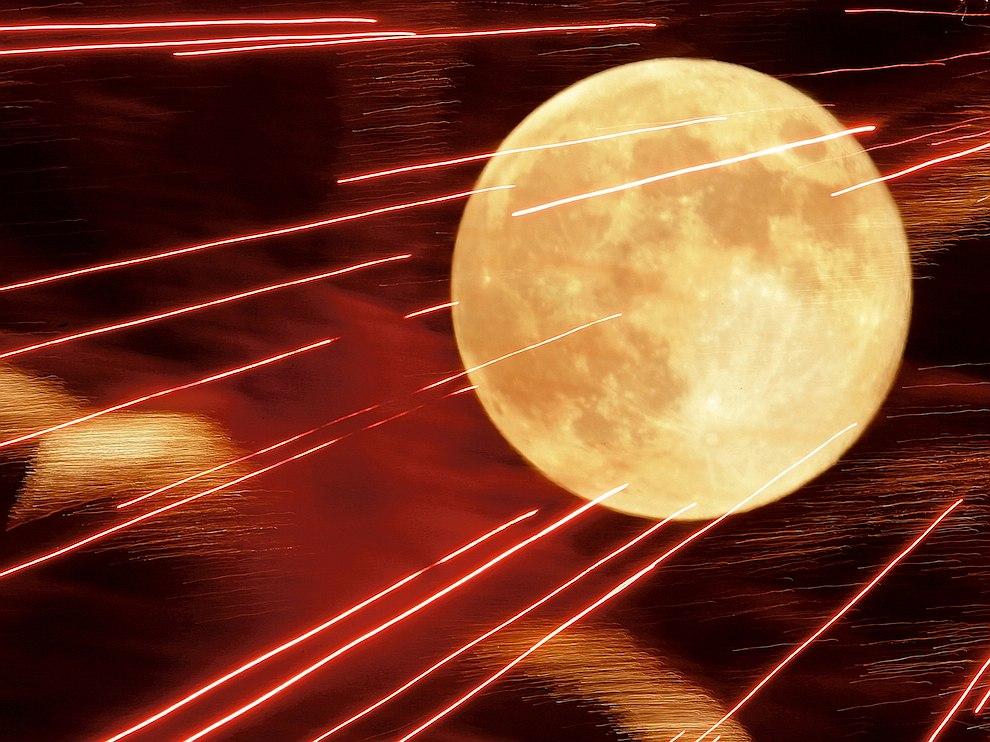 Фейерверк на фоне луны, США