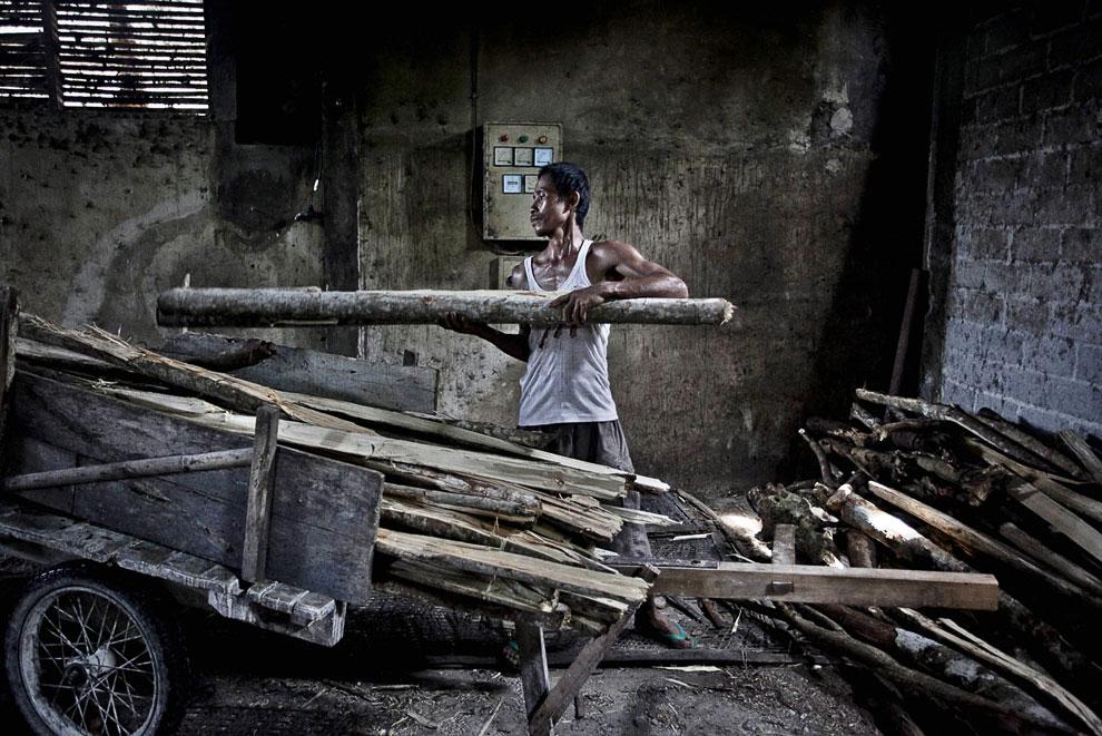 В Индонезии лапшу принято обжаривать. Вот работник привез дрова для печи