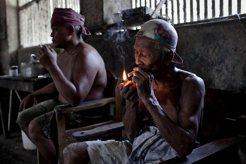 Перекур. На фабрике почти все курят