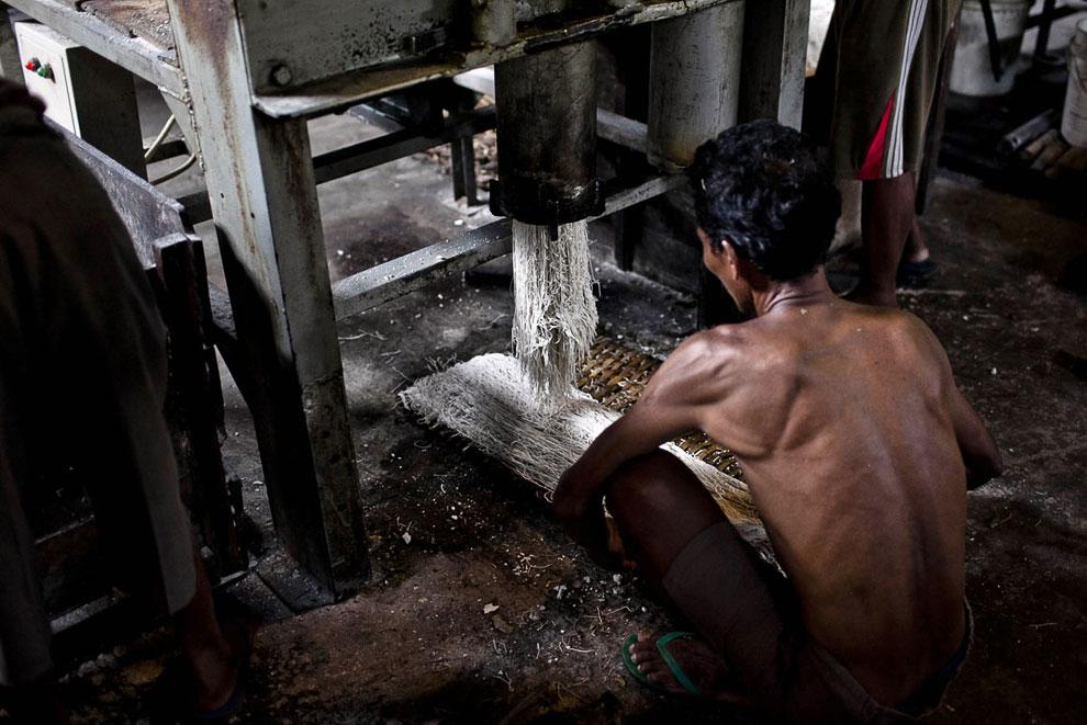 Рабочий наблюдает за рабочий местного экструдера