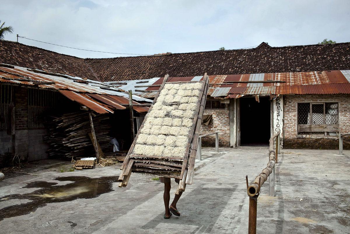 Это была небольшая экскурсия на необычное для нашего времени производство в Индонезии, занимающееся традиционным приготовлением лапши