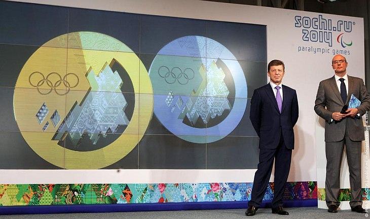 Олимпийские награды представили заместитель председателя правительства РФ Дмитрий Козак (слева) и глава оргкомитета «Сочи-2014» Дмитрий Чернышенко