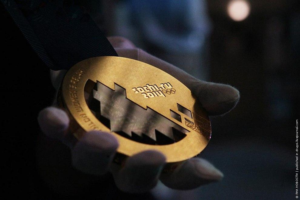 Золотые олимпийские весят 531 грамм, серебряные — 525 грамм, бронзовые — 460 грамм