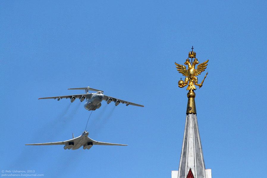 Ил-78 и сверхзвуковой стратегический бомбардировщик-ракетоносец с крылом изменяемой стреловидности Ту-160