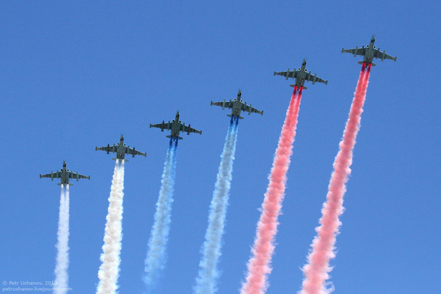 Завершила Парад Победы шестерка Су-25 с дымами цветов влага России