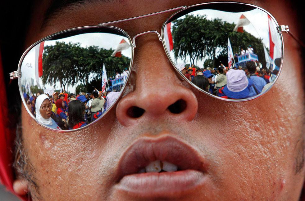 Необычный взгляд на первомайскую демонстрацию в Джакарте, Индонезия