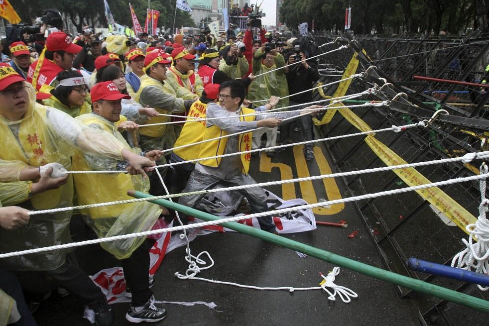 Более 10 000 тайваньских рабочих вышли на улицы в Тайбэе, Тайвань в знак протеста против правительственного плана по сокращению пенсионных выплат