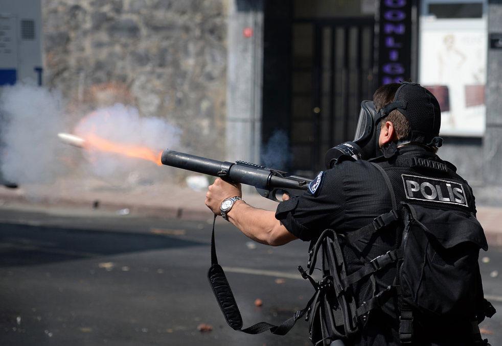Для разгона манифестантов в Стамбуле, Турция полиция применила водометы и слезоточивый газ