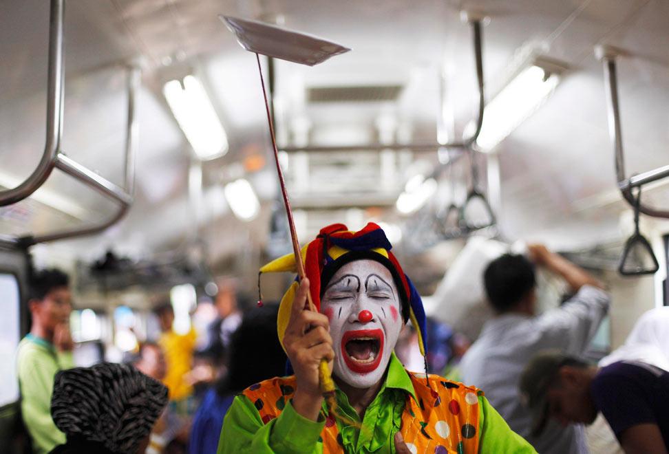 В Москве встречаются попрошайки, а в Джакарте — клоуны. Они зарабатывают выступлениями в пригородных поездах около $15.6 в день