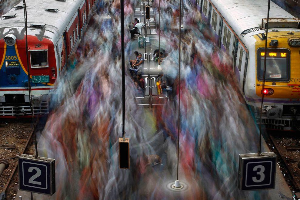 Пассажиры пригородных поездов на железнодорожной станции в Мумбаи