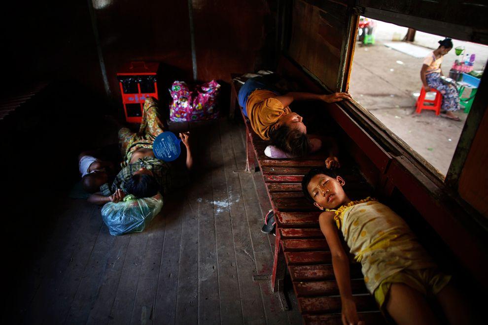 Интерьеры пригородных поездов в Янгоне — бывшей столицы Мьянмы