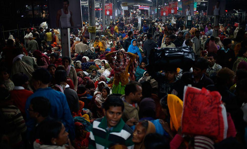 В московском метро не протолкнуться? Взгляните на платформу в час-пик в Аллахабаде, Индия, 10 февраля 2013
