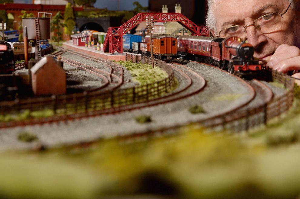 Модель поезда. Создатель готовится к выставке моделей железнодорожного транспорта в Шотландии