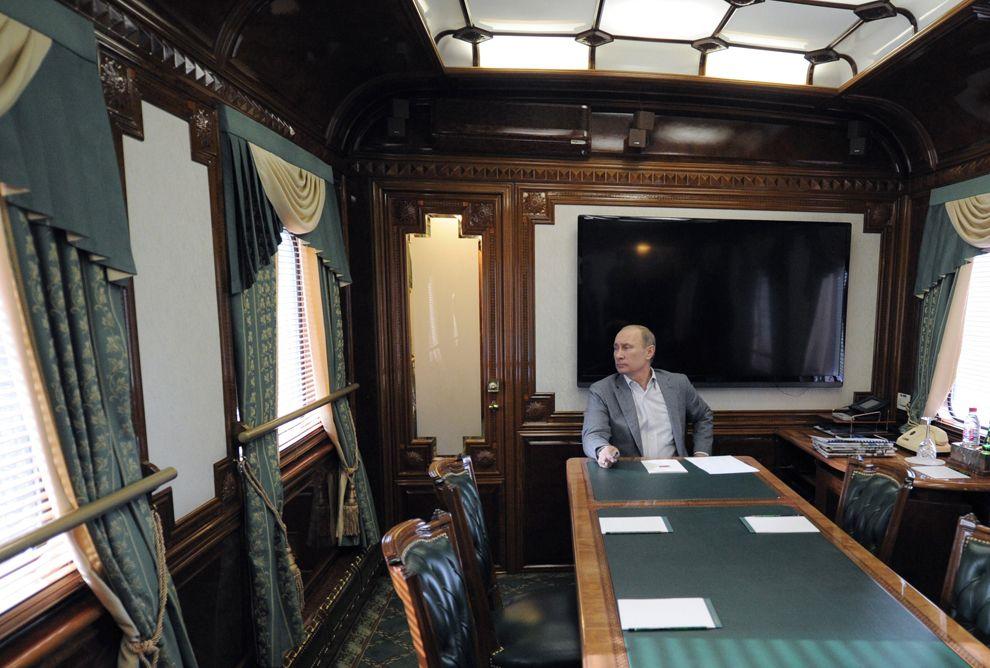 Владимир Путин в вагоне. Направляется на совещание по развитию железных дорог в Москве