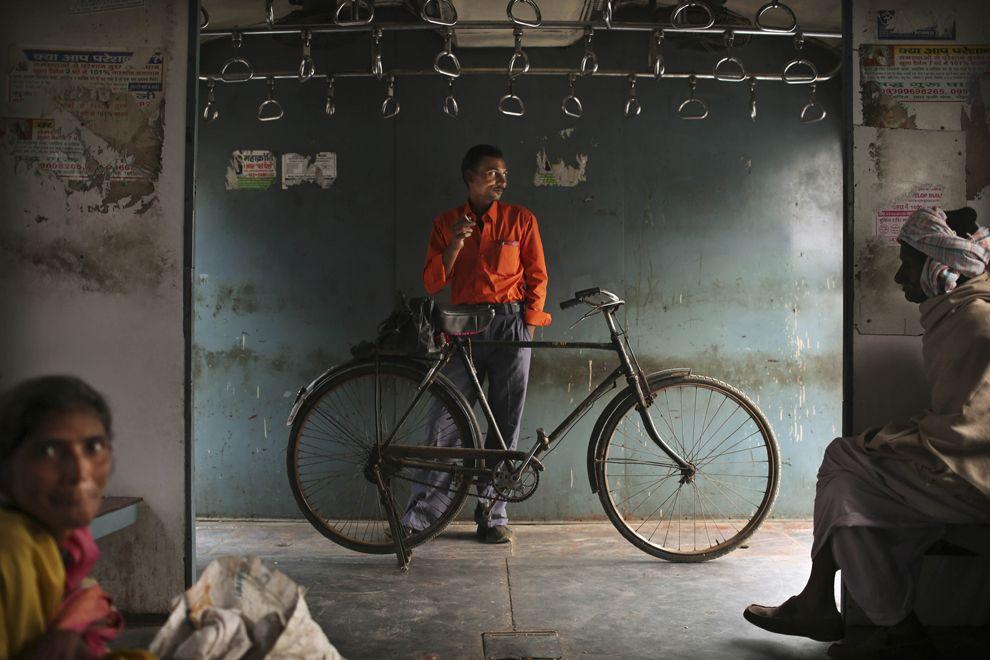 Интерьер пригородного поезда в Нью-Дели