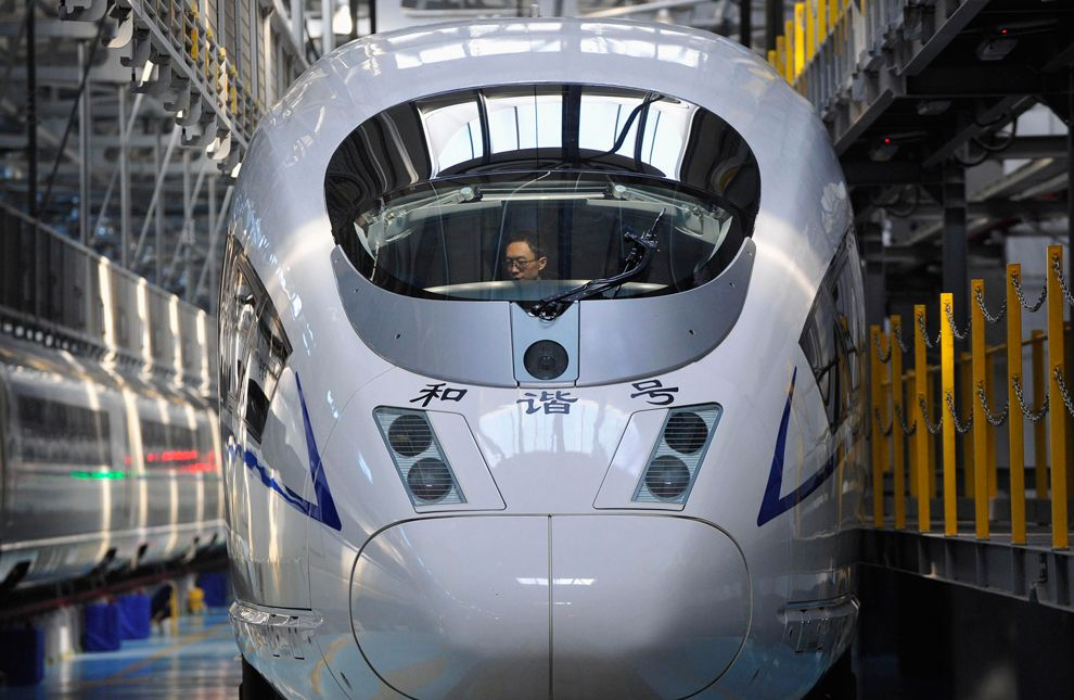 На магистрали Пекин-Шанхай используются скоростные поезда серий CRH380A и CRH380B, которые развивают скорость в 300 км/час