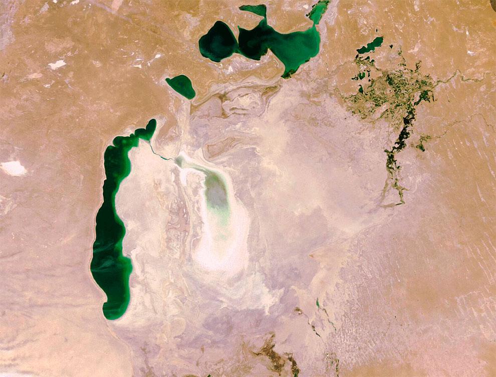 Фото NASA. 2009 год. Море мелеет очень быстро. Практически всё высохло за последние 10 лет