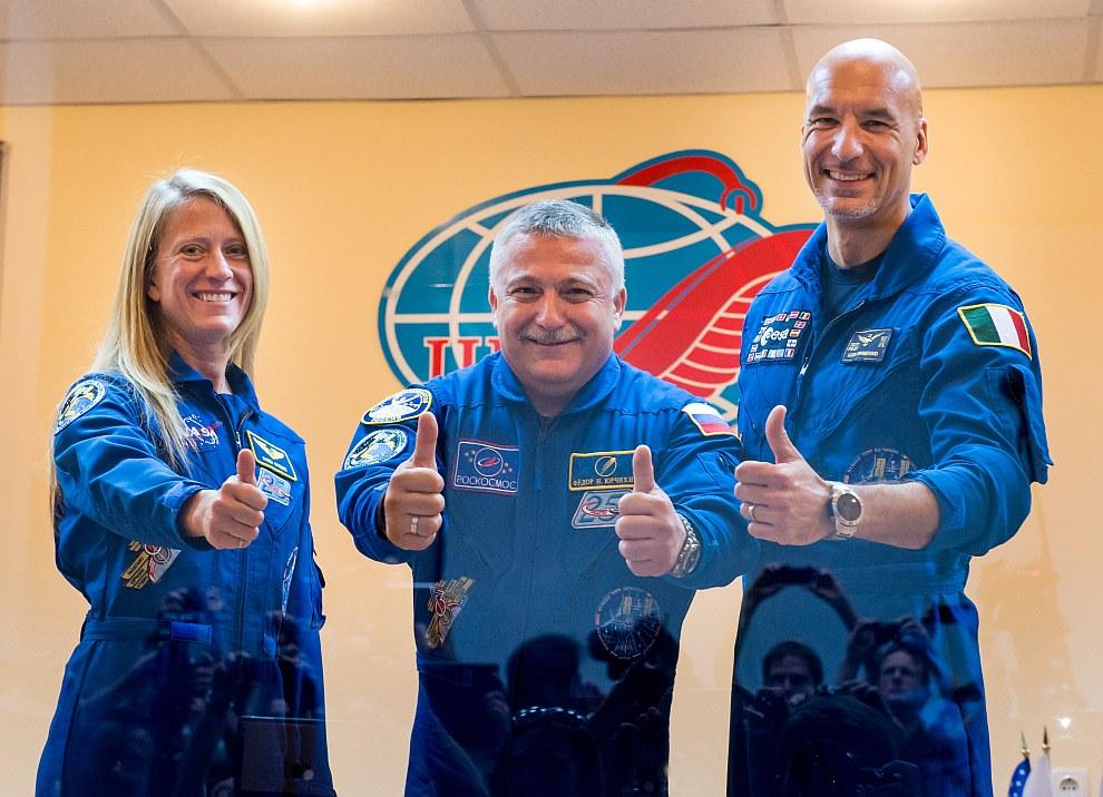 На орбиту отправились российский космонавт Федор Юрчихин (в центре), астронавт НАСА Карен Найберг (справа) и астронавт Европейского космического агентства Лука Пармитано