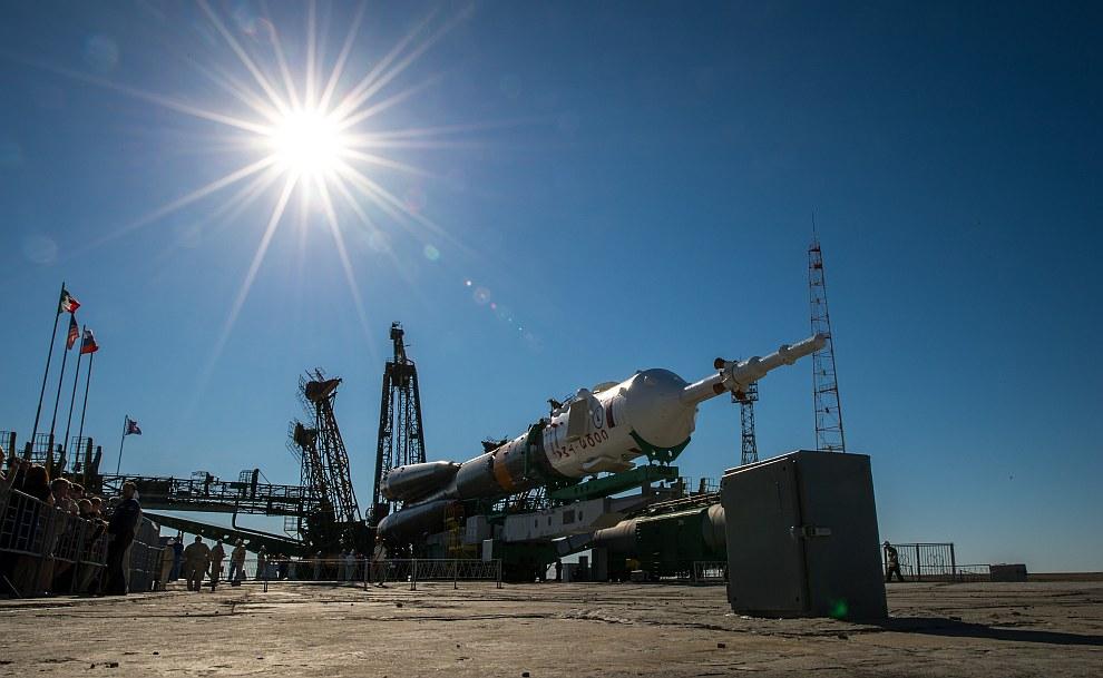 Подъем ракеты в вертикальное положение на стартовой площадке, Байконур