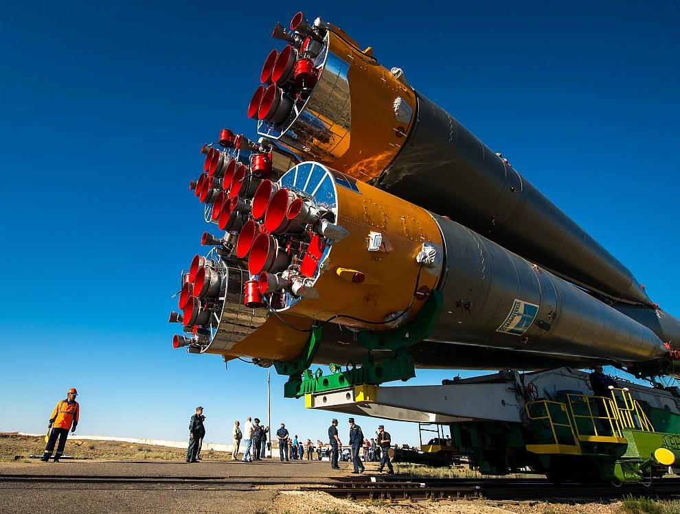 Ракету вывозят из монтажно-испытательного комплекса и транспортируют на стартовую площадку по казахской степи на специальном поезде со скоростью около 5 км/час