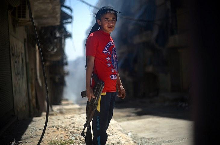Сегодня на улицах с оружием можно встретить людей разных возрастов. Вот мальчик с автоматом АК-47, Алеппо