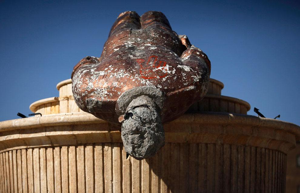 Свернутая мятежниками статуя Басиля аль-Асада — старшего брата президента Сирии Башара Асада
