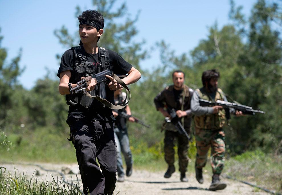 Повстанцы-боевики с «калашами»
