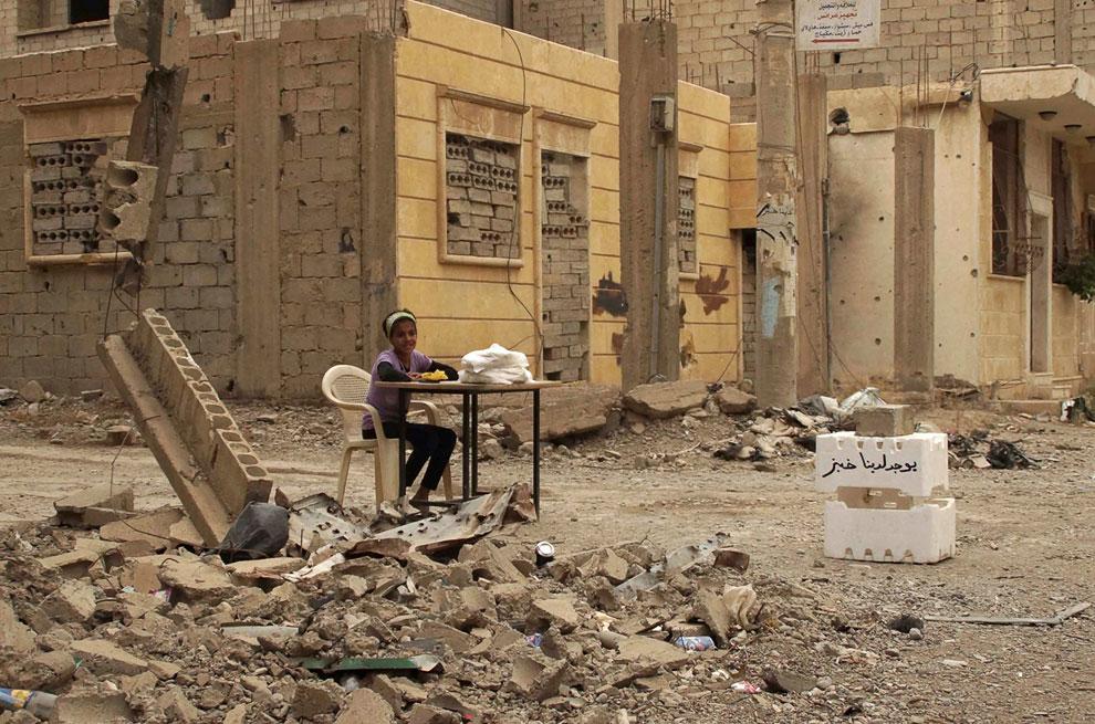 Девочка-продавщица хлеба в городе Дейр-эз-Зор