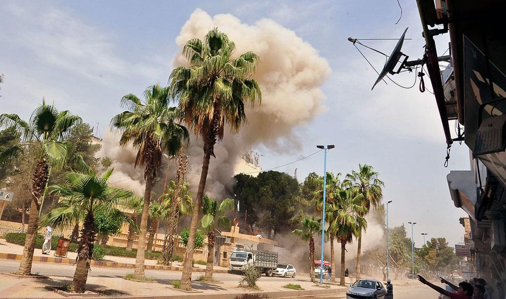 Пальмы и клубы дыма от обстрела, восточная Сирия