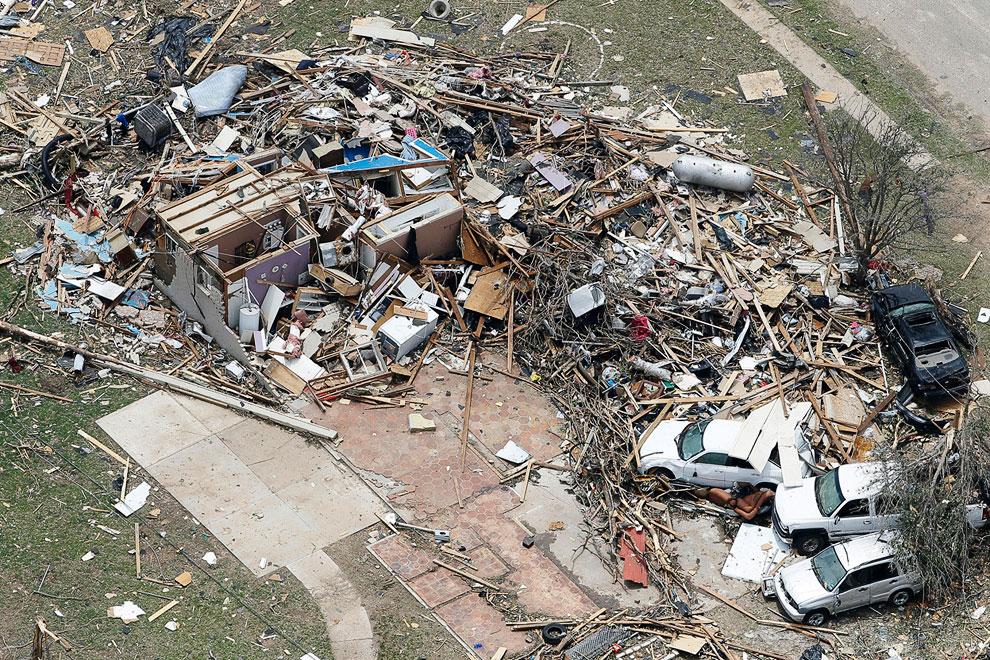 Под ударом стихии хлипкие американские домики разлетались в щепки