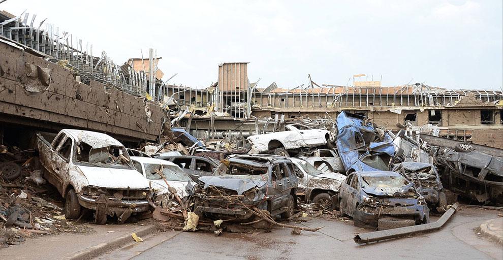 Торнадо F4 разрушил две начальные школы и больницу в городе Мур