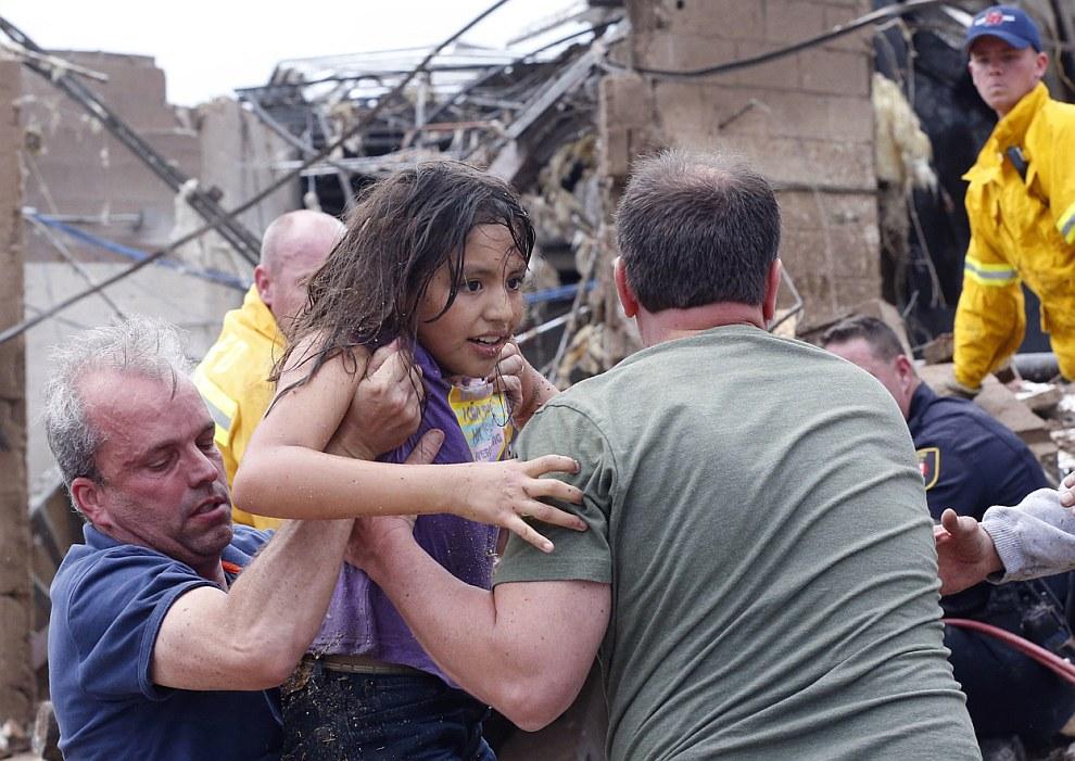 Спасатели продолжают разбирать завалы: под обломками могут находиться люди