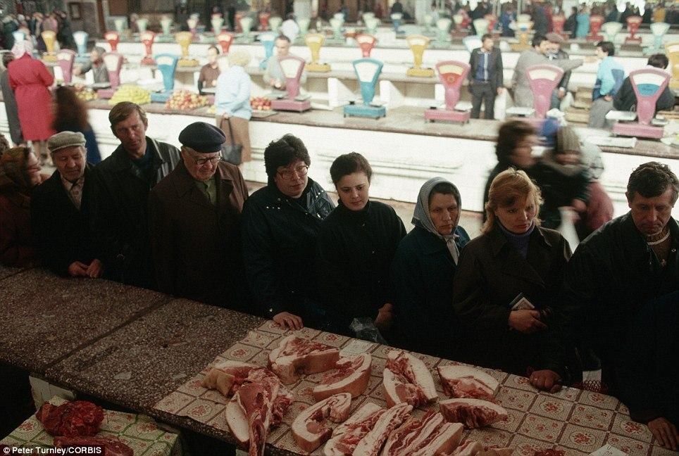 Очередь за мясом на рынке Новокузнецка