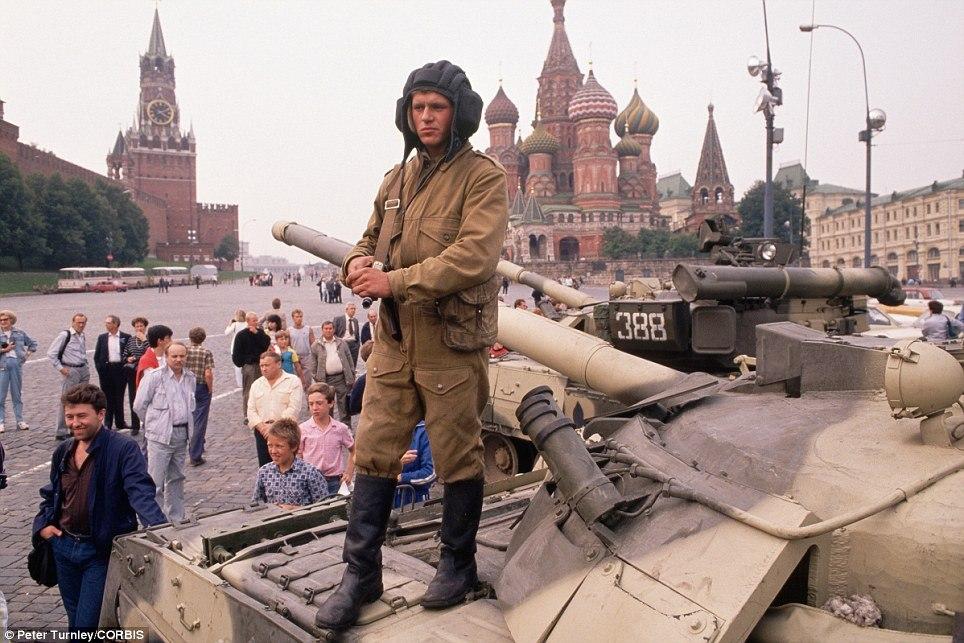 Танки у Кремля, 19 августа 1991 года. Подробнее читайте в статье «Развал СССР»