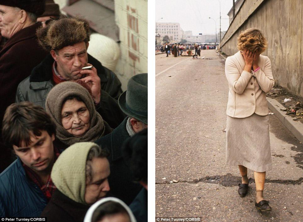Слева — очередь за хлебом в Москве, справа — женщина оплакивает трех погибших — защитника Белого дома — в результате столкновения с военными