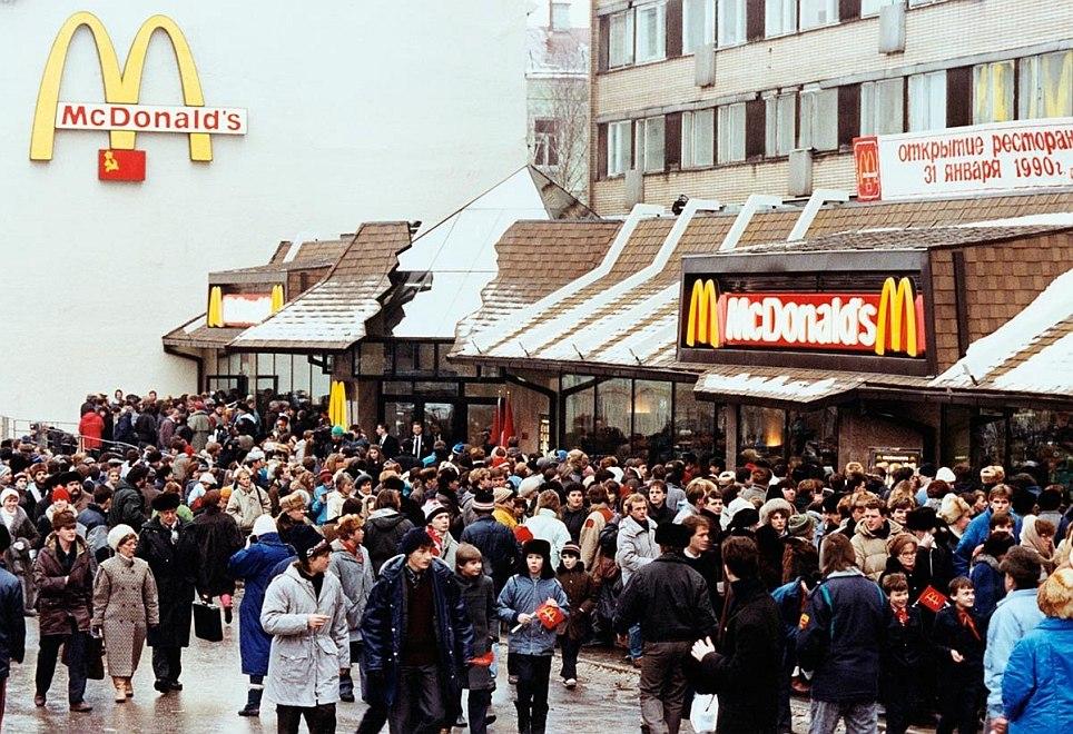 Очередь в первый МакДоналдс на Пушкинской, Москва